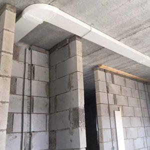 Wat gebeurt er bij 'First Fix' en 'Second Fix' bij het bouwen van een woning?